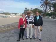 Iris e Gianfranco ad Hammamet con un venditore di Gelsomino Pensionati italiani che hanno scelto di vivere all'estero : Tunisia